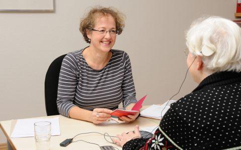 Hör- und Sprachtherapie mit CI-versorgten Kindern und Erwachsenen